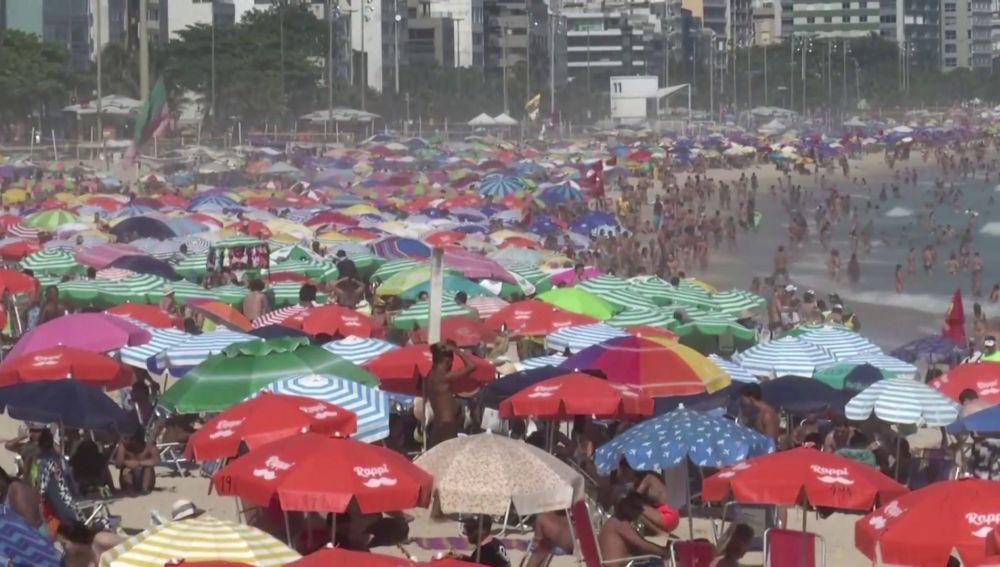 Playas abarrotadas en Brasil en plena pandemia de coronavirus