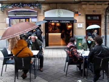 Varios clientes toman el aperitivo en un bar de Bilbao.