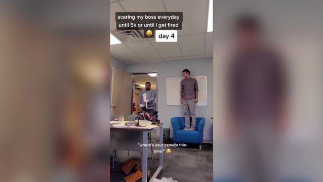 Un trabajador pasa dias asustando a su jefe y grabándolo en cámara