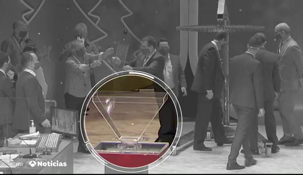 El gesto de un interventor al golpear una bola que ha levantado sospechas en las redes sociales
