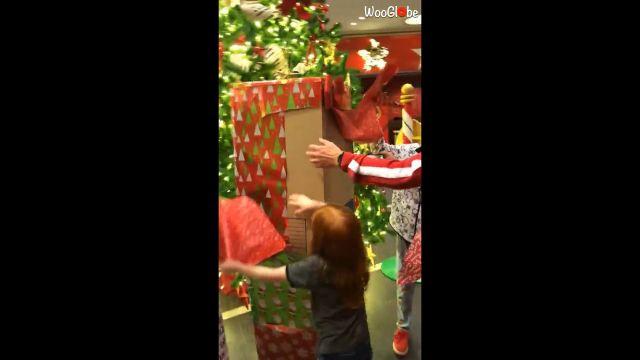 Abrén un paquete gigante y el regalo que había dentro las hace llorar de emoción