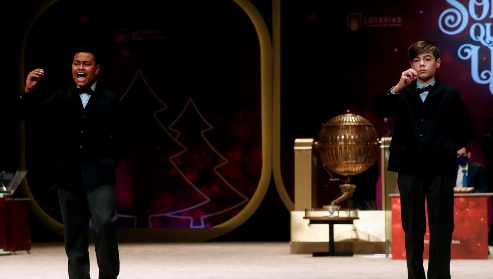 Alexander René Herrera y Unai Barón Maldonado cantan el 72897, agraciado con el Gordo del Sorteo Extraordinario de la Lotería de Navidad