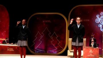 Las niñas del colegio de San Ildefonso Elisabeth y Obarisaiagbon Noura Akrouh cantan un quinto premio