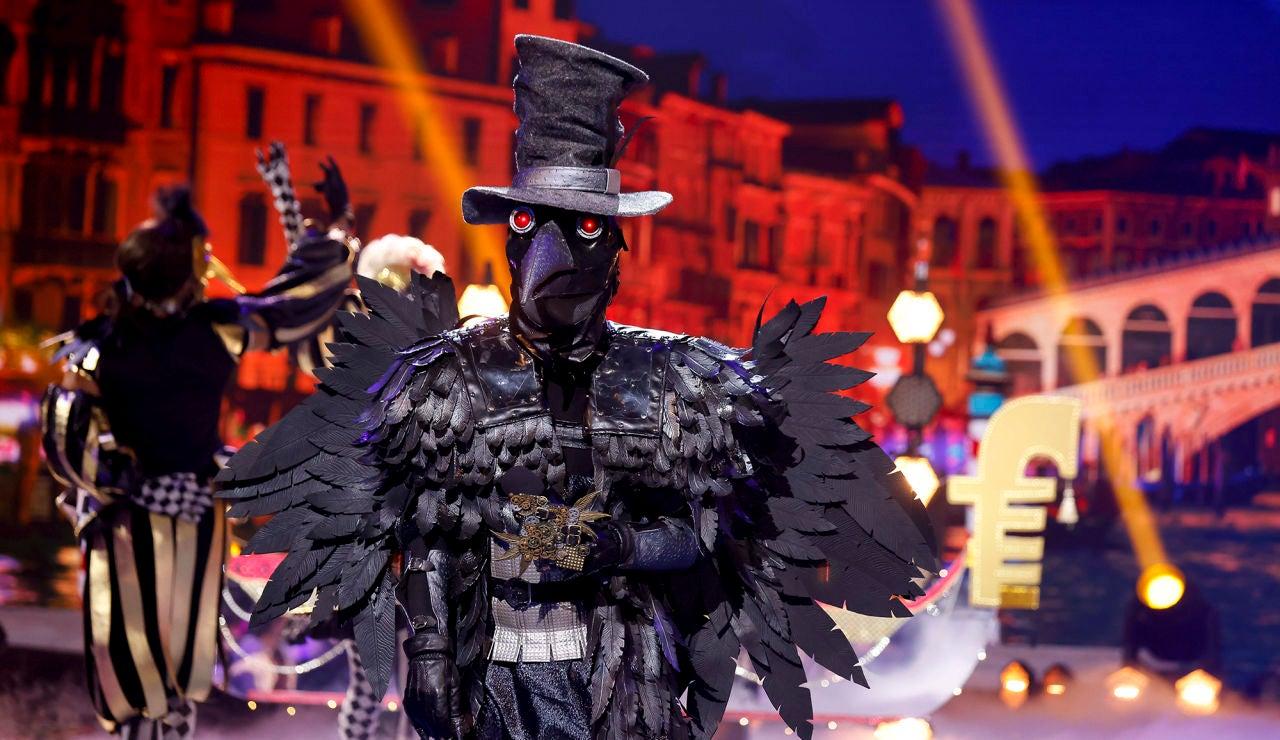 El Cuervo se pone romántico con 'Piu bella cosa' en la Gran Final de 'Mask Singer'