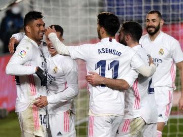 Casemiro y los futbolistas del Madrid celebran el tanto del brasileño.