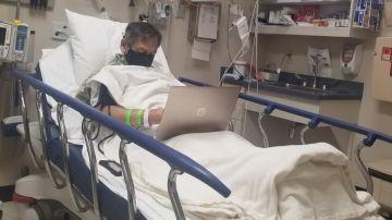 """La emotiva fotografía de un profesor corrigiendo exámenes en el hospital un día antes de morir: """"Denles gracias a sus maestros"""""""