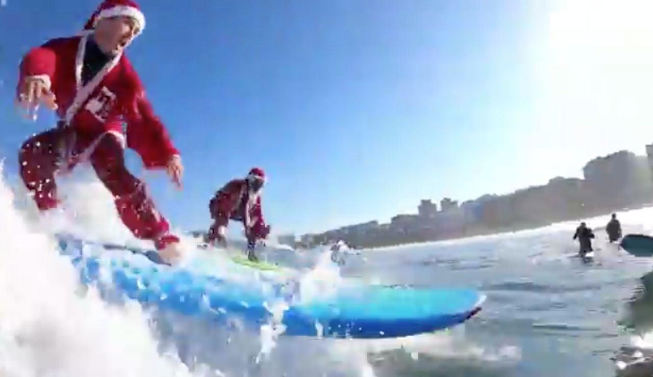 Papá Noel surfeando