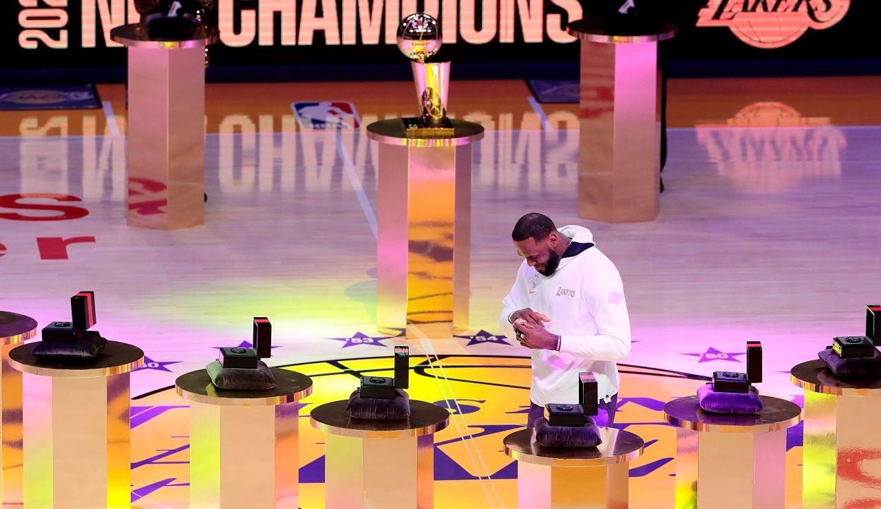 LeBron James se pone el anillo como campeón de la NBA
