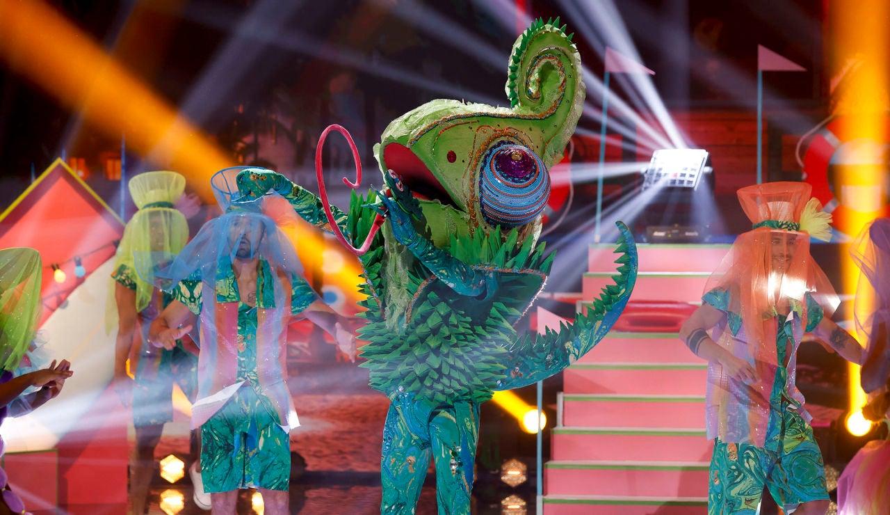 El Camaleón llena de ritmo la Gran Final de 'Mask Singer' con 'Cake by the ocean'