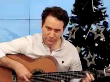 Teodoro García Egea tocando la guitarra