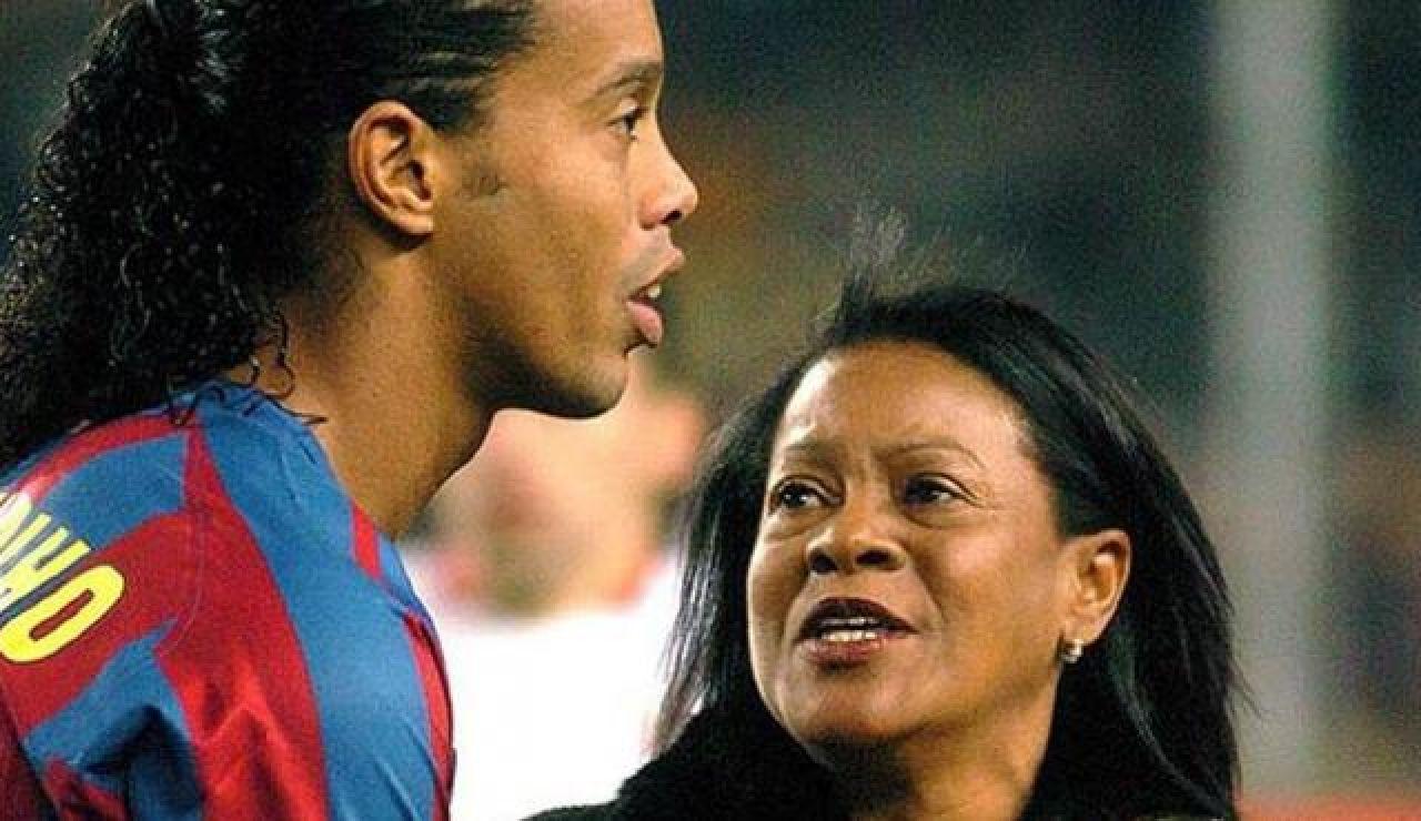 Ronaldinho junto a su madre cuando era jugador del Barça