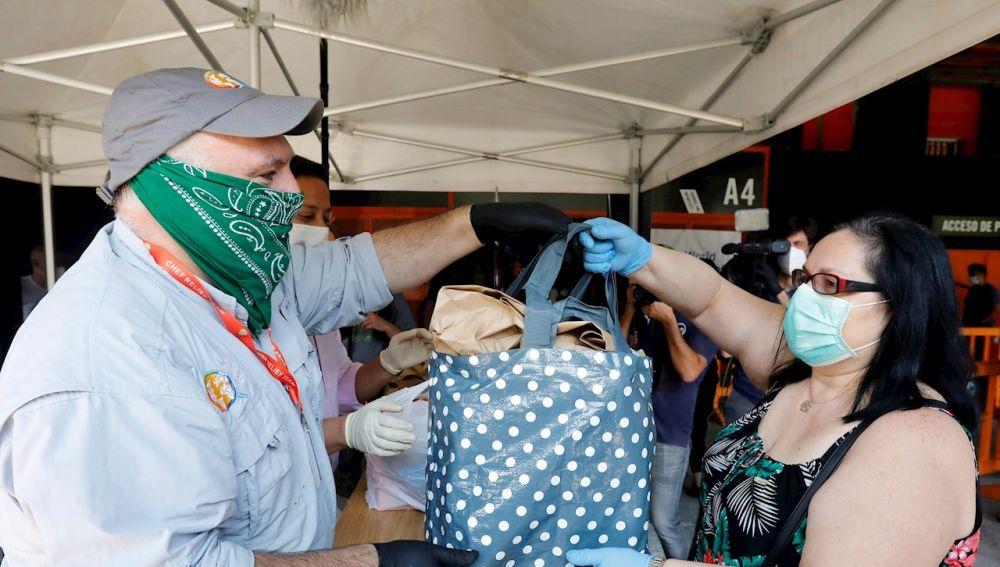 El cocinero José Andrés participa en el reparto de menús que World Central Kitchen y otras entidades efectúan a personas afectadas por la crisis económica y social derivada de la pandemia por coronavirus.