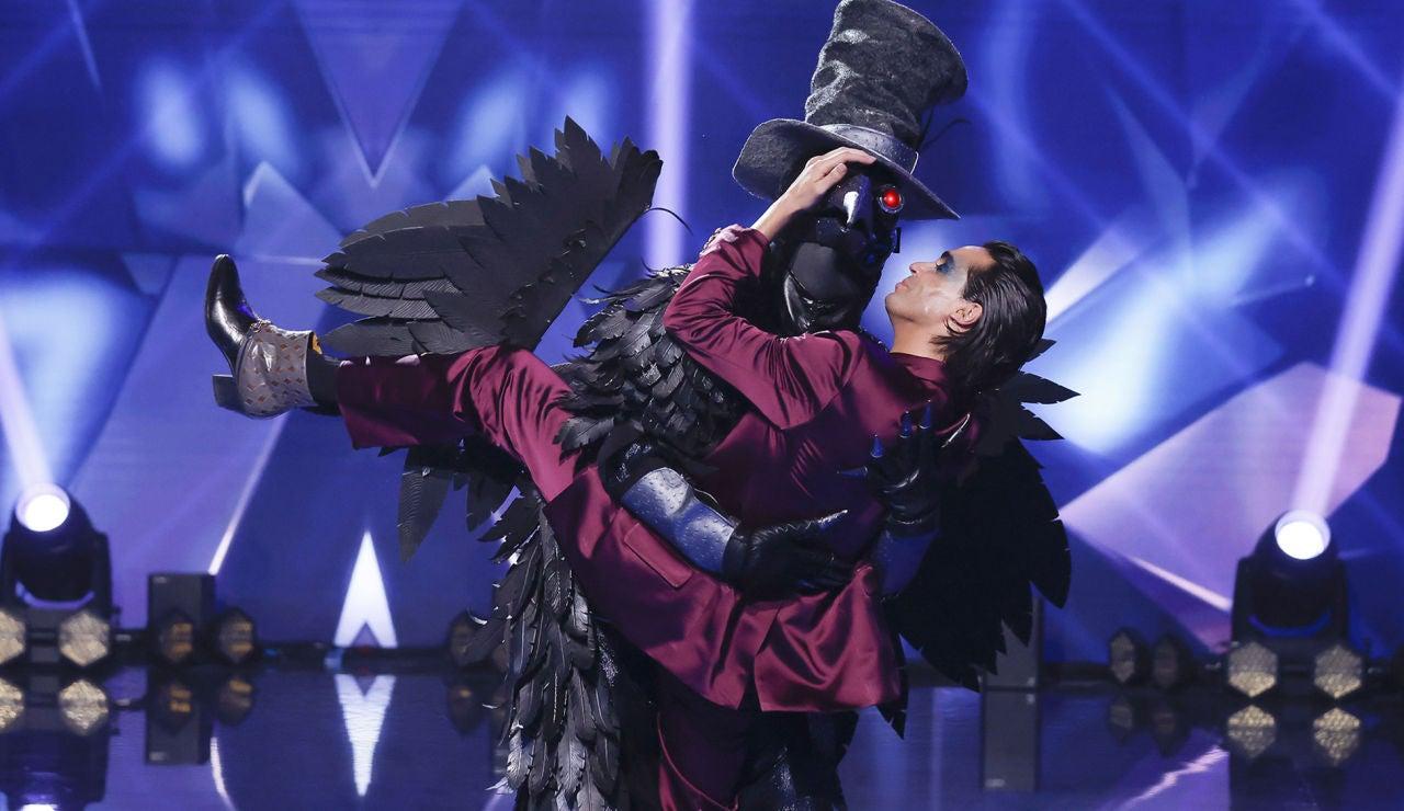 El beso más esperado entre Javier Ambrossi y el Cuervo en 'Mask Singer'