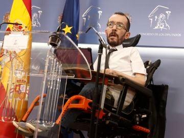 El portavoz de Unidas Podemos, Pablo Echenique, da una rueda de prensa