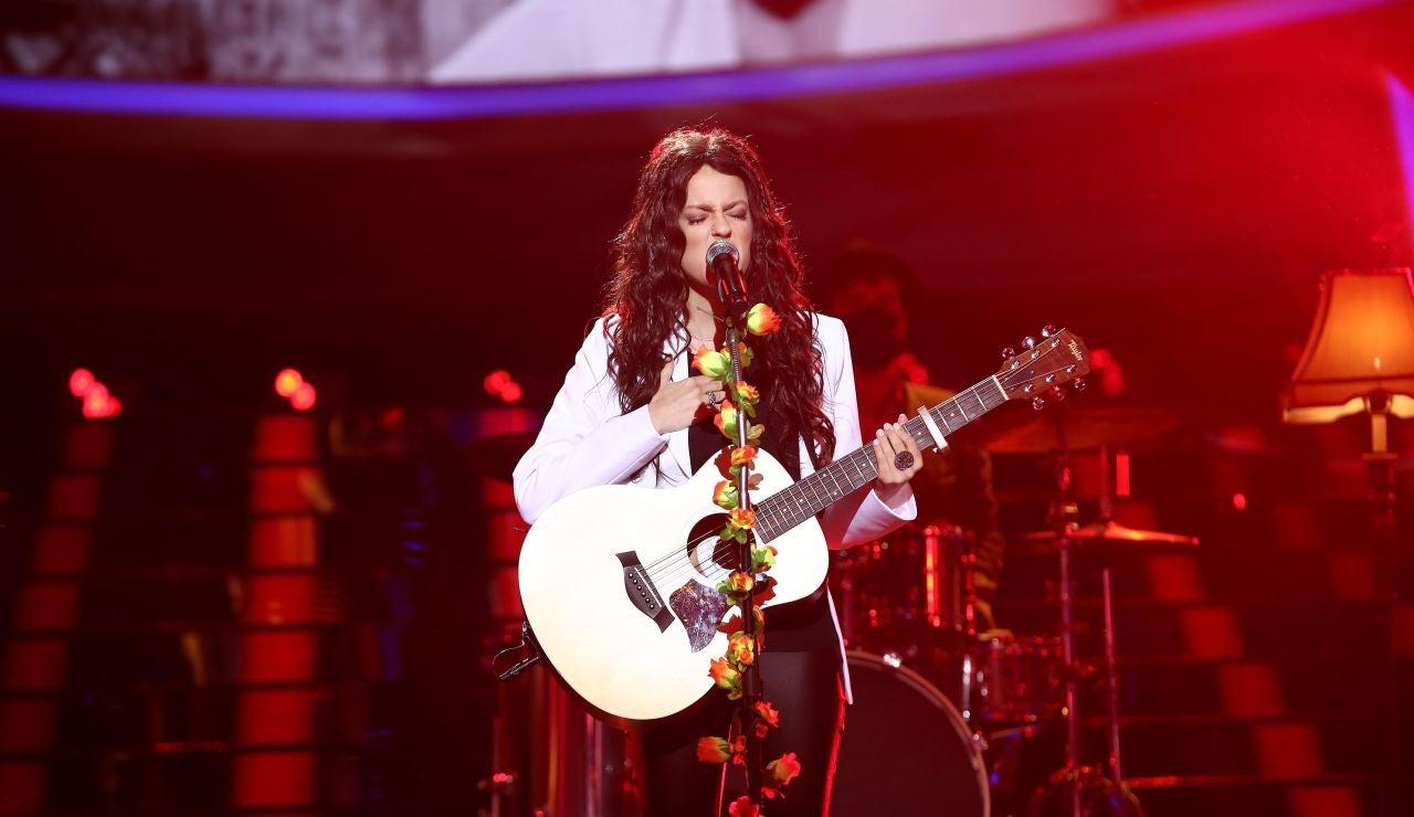 Nerea Rodríguez brilla como Joy, de Jesse y Joy, tocando la guitarra en directo en 'Corre'