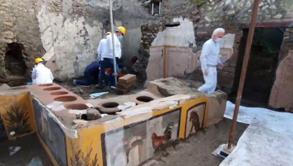 Descubren en Pompeya un termopolio, un restaurante de comida rápida aún con restos de alimentos