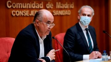 El viceconsejero de Salud Pública y Plan Covid-19, Antonio Zapatero, y el consejero de Sanidad de la Comunidad de Madrid, Enrique Ruiz Escudero