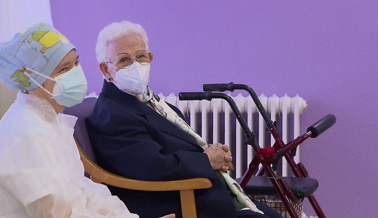 Araceli y Mónica, las primeras vacunadas contra el coronavirus en España