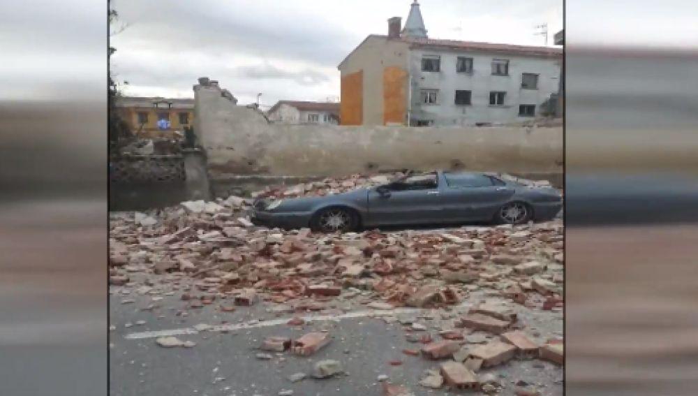 El fuerte viento por la llegada de la borrasca 'Bella' derrumba un antiguo cine en Avilés, Asturias