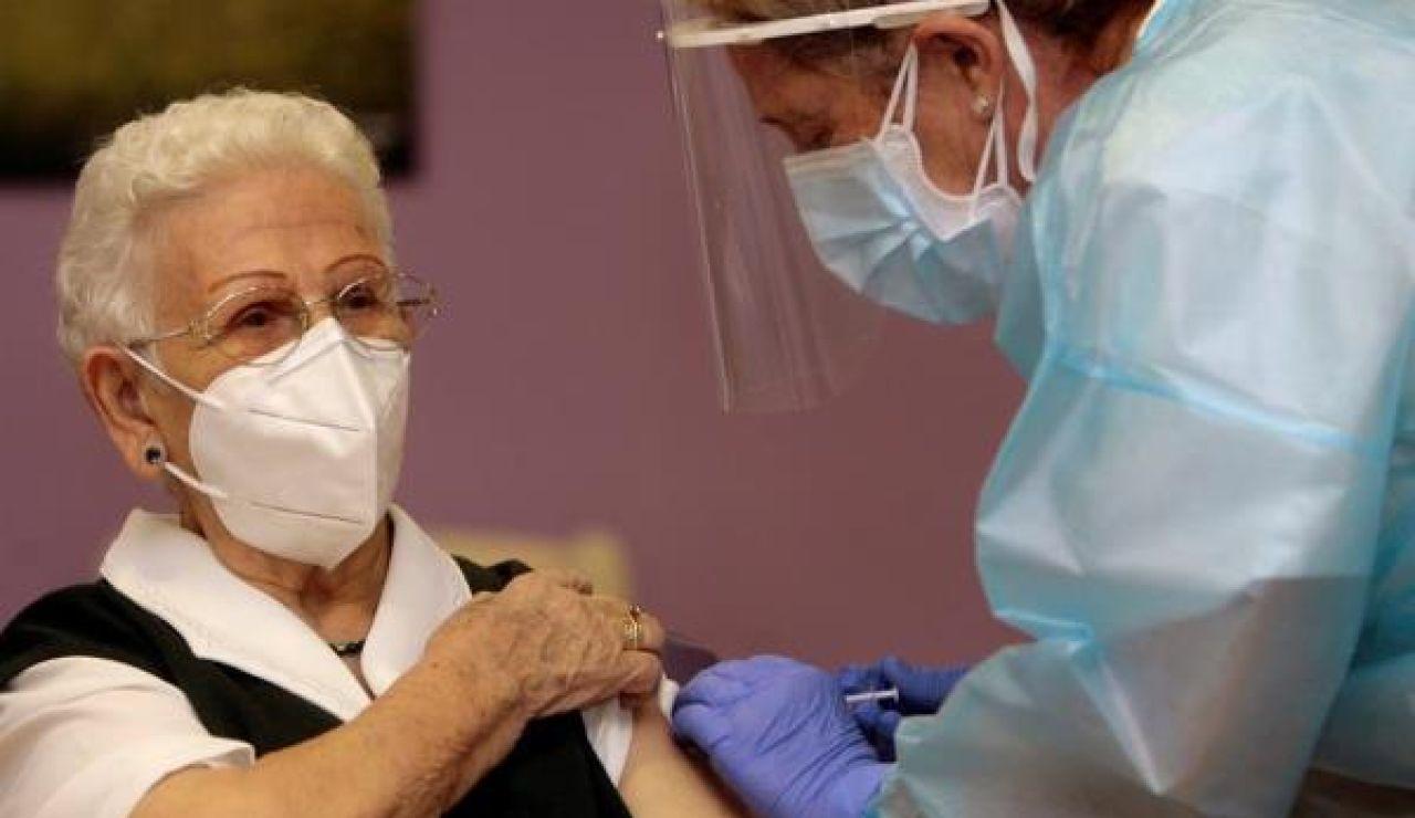Araceli, la primera mujer en vacunarse contra el coronavirus en España