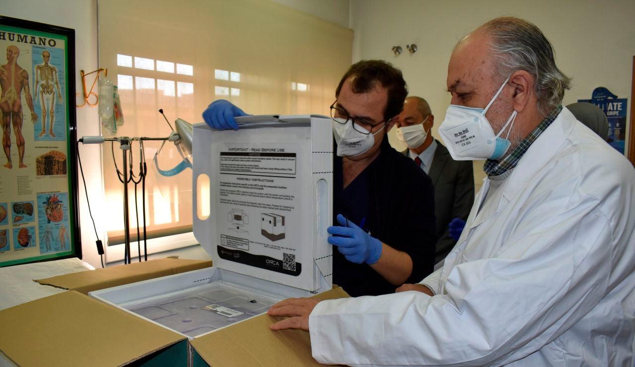 Personal sanitario desembala una caja con dosis de la vacuna contra la covid-19