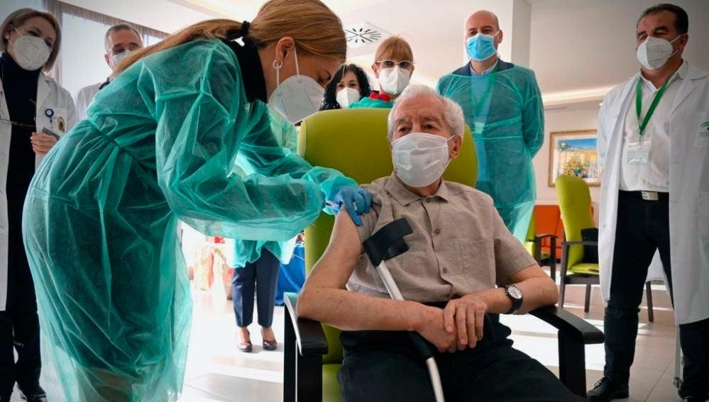Antonio, 87 años, de la Residencia Fray Leopoldo de Granada, ha sido vacunado contra la covid este domingo en Andalucía, después de que la comunidad haya recibido las primeras 1.840 dosis.