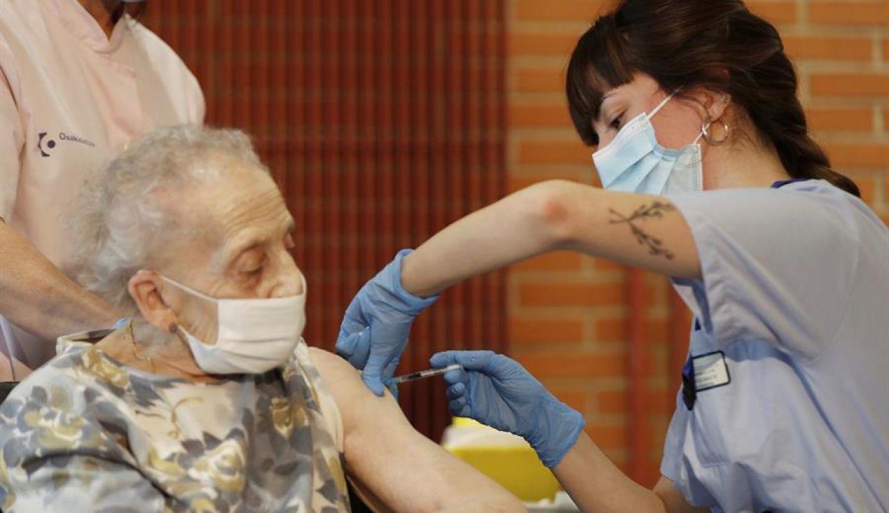 Consuelo Landa, de 91 años, interna en la residencia Ajuria de Vitoria, recibe la vacuna contra la covid 19.