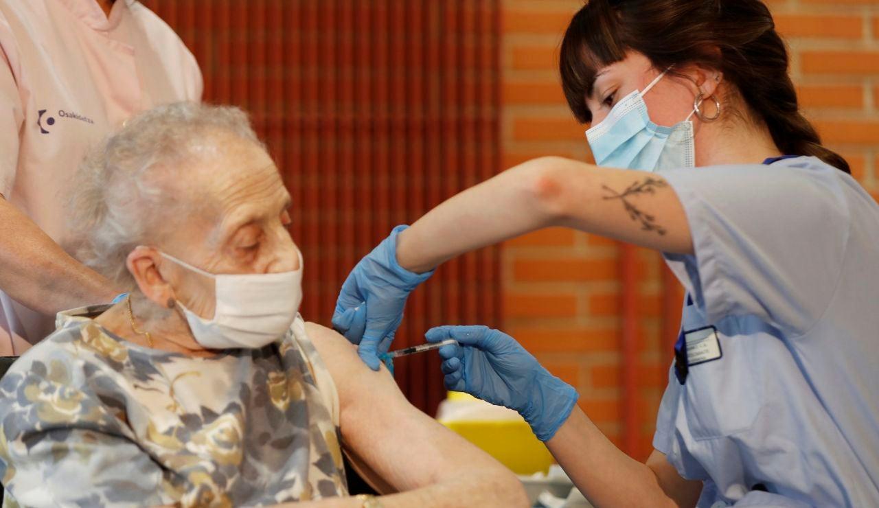 Consuelo Landa, de 91 años, interna en la residencia Ajuria de Vitoria, recibe la vacuna contra el coronavirus