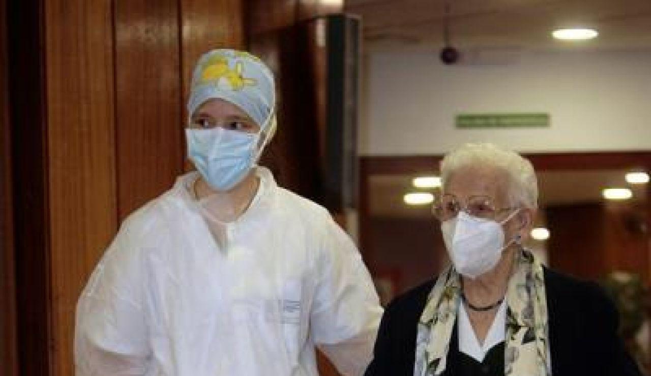 Araceli entra en la sala para recibir la primera vacuna contra el coronavirus