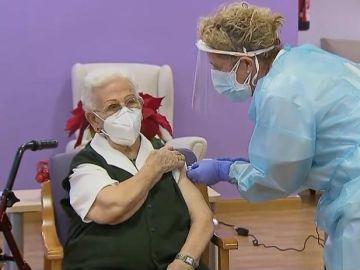 Araceli de 96 años la primera persona en vacunarse contra el coronavirus en España