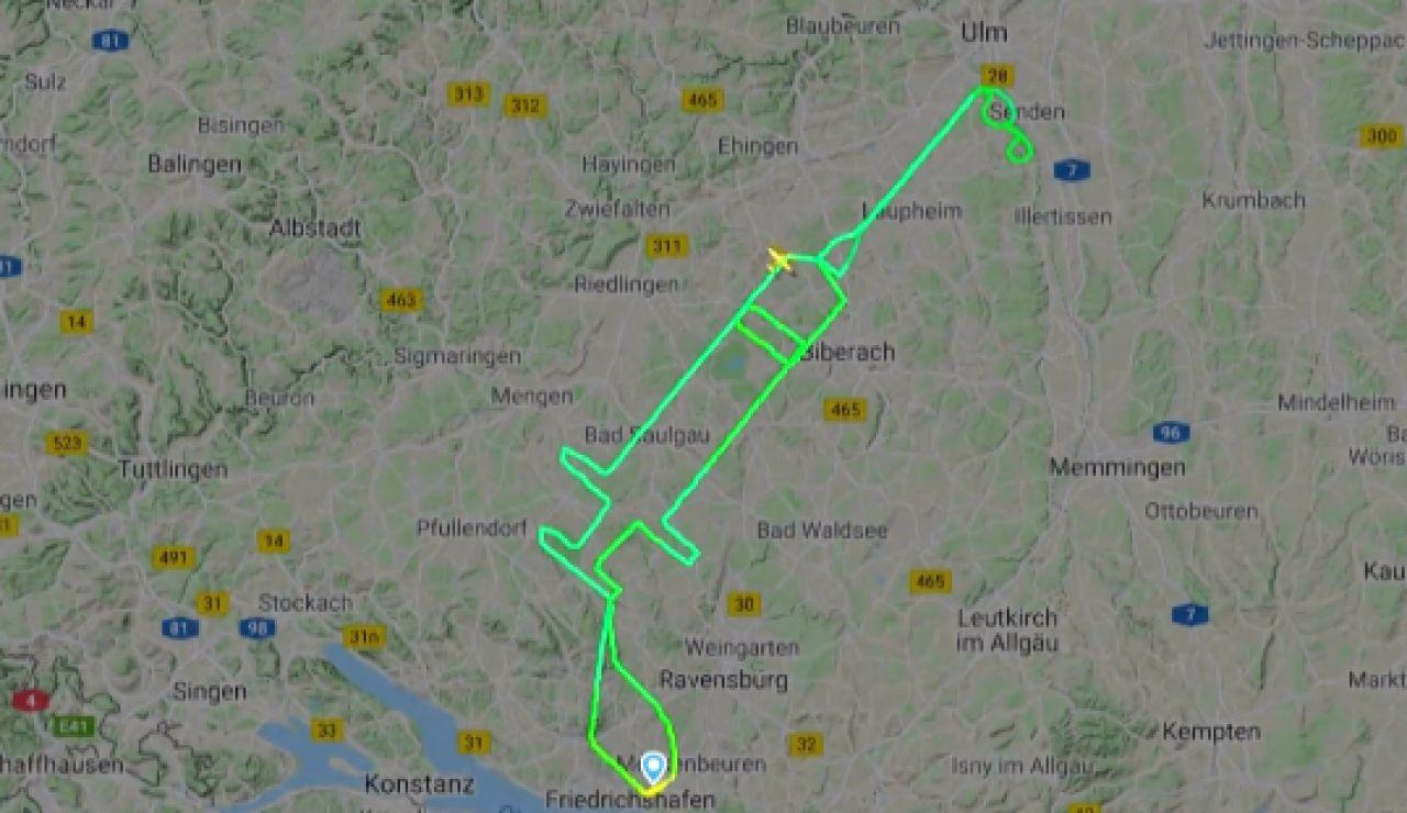Un piloto alemán recuerda el inicio de la vacunación contra el coronavirus dibujando una jeringa en el cielo