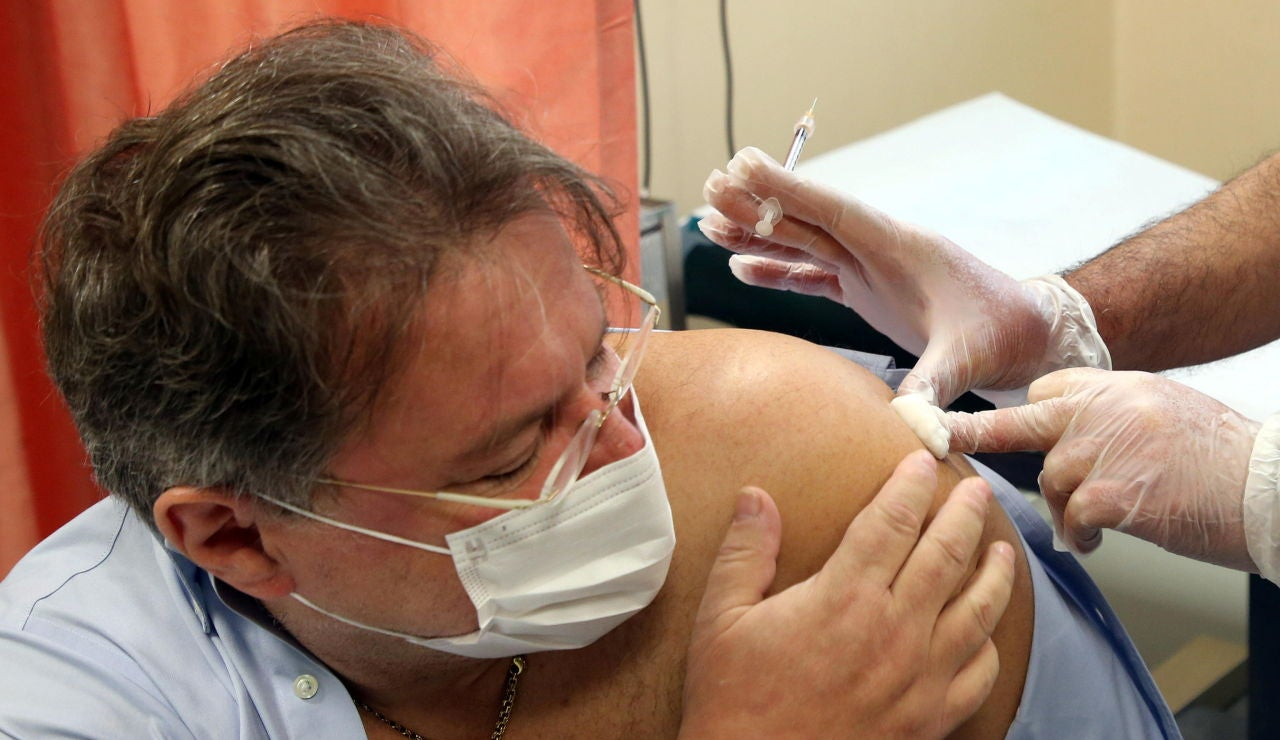Un sanitario recibe la vacuna de Pfizer en Italia
