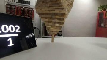 Un friki de Jenga apila 1000 bloques sobre una pieza vertical