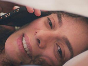 La llamada 'secreta' de Bahar a Arif: su tierna conversación de enamorados durante la noche y oculta bajo las sábanas