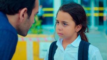 Demir reniega de Öykü hasta que la honestidad de la pequeña le pone contra las cuerdas