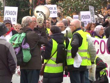 Los pensionistas se concentran este martes frente al Congreso de los Diputados