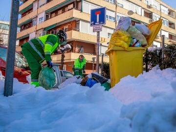Dos operarios del servicio de recogida de basura en Madrid.