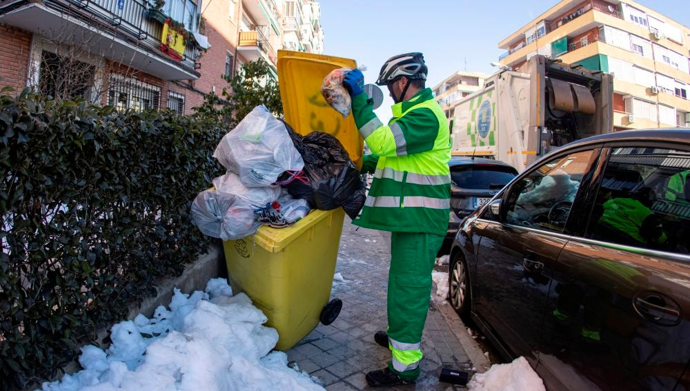 Un operario del Ayuntamiento de Madrid retira la basura.