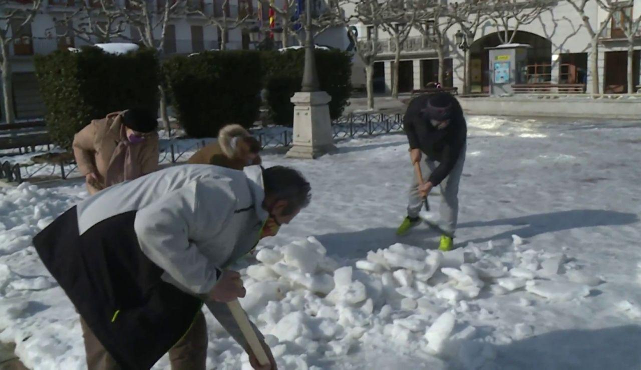 El Ayuntamiento de Torrejón reparte 7.000 palas a los vecinos para limpiar las calles tras el temporal Filomena