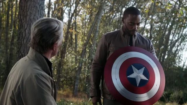 Anthony Mackie recogiendo el testigo de Capitán América en 'Vengadores: Endgame'
