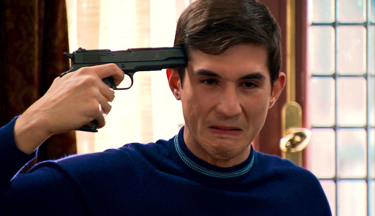 Tito, a punto de suicidarse acorralado por Manolita