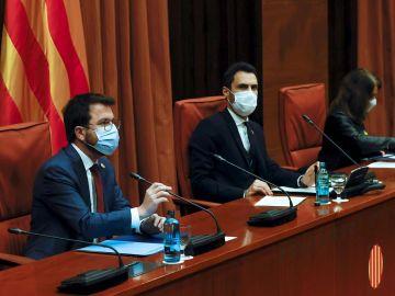 El vicepresidente de la Generalitat, Pere Aragonés, el presidente del Parlament, Roger Torrent, y la consellera de Presidencia, Meritxell Budó, durante la cumbre de gobierno y partidos catalanes.