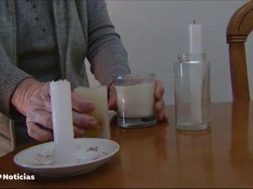 Los vecinos de un barrio de Málaga obligados a calentarse con velas por los constantes cortes de luz