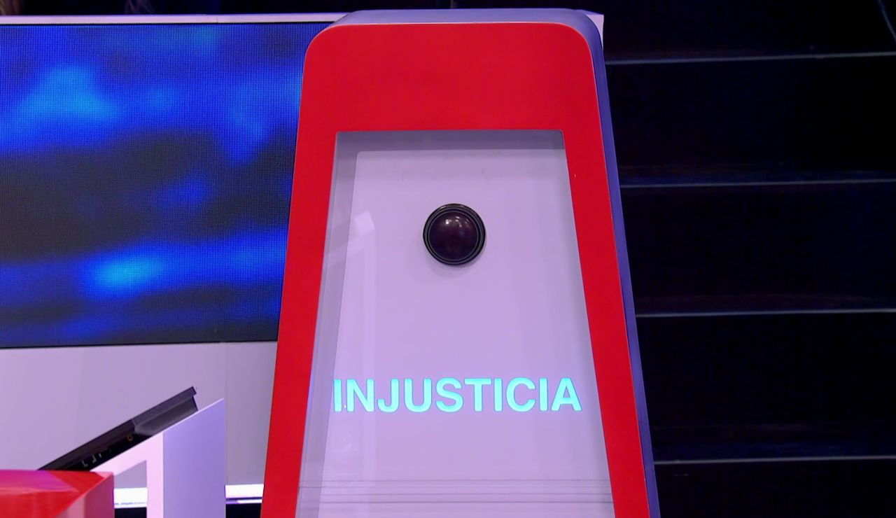 Roberto Leal explica al jurado la dinámica de 'El botón de la injusticia'