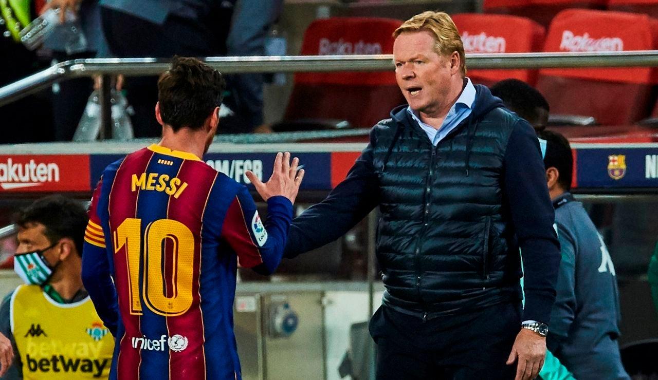 Leo Messi y Ronald Koeman, en un partido del Barcelona
