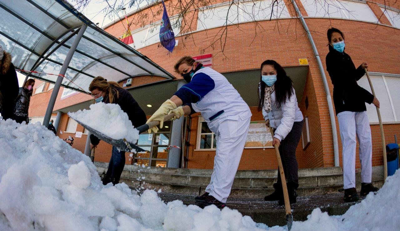 Personal de limpieza, junto a madres y padres, trabajan en la retirada en Colmenar Viejo en Madrid.