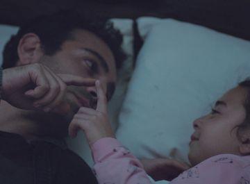 Demir, incapaz de contener las lágrimas al hacerle una promesa a Öykü