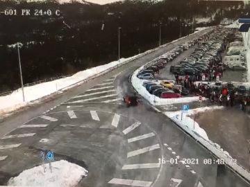 Cientos de vehículos colapsan los aparcamientos de la sierra de Madrid