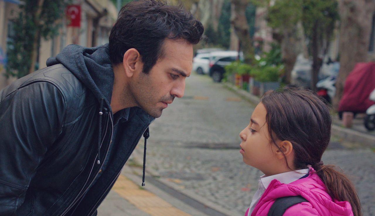 """Demir, a Öykü: """"¿Qué me estás escondiendo?"""""""