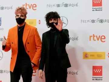 """Los actores y realizadores Javier Calvo (i) y Javier Ambross,i a su llegada a la gala de entrega de los """"Premios Forqué""""."""